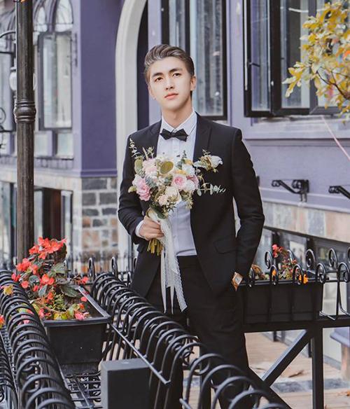 Hình ảnh Bình An diện đồ chú rể ở phim trường khiến fan nghi ngờ anh chàng đi chụp ảnh cưới với bạn gái Phương Nga.