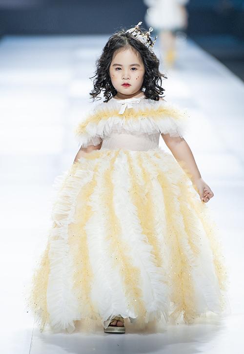 Hà Vy, 6 tuổi, là mẫu nhí trình diễn tại Vietnam International Fashion Week (Tuần lễ thời trang quốc tế Việt Nam 2019) vừa qua. Cô nhóc thể hiện một thiết kế trong bộ sưu tập Lucky Clover của NTK Thảo Nguyễn.