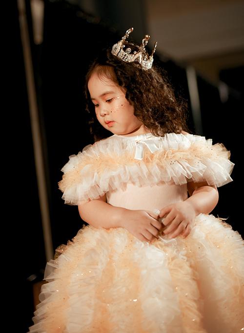 Hà Vy được chọn mặc chiếc váy màu vàng phối trắng bồng bềnh như những đám mây, hoá thân thành cô công chúa dễ thương trên sàn catwalk. Nhiều khán giả xem show cảm thấy thích thú trước hình ảnh cô bé mũm mĩm như củ khoai tây.