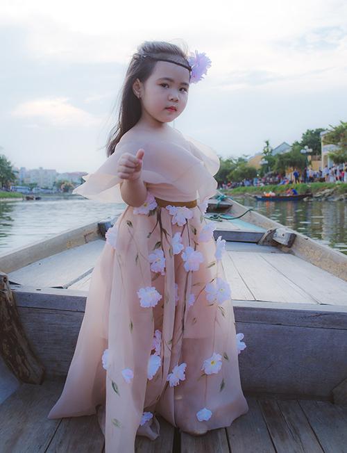 Tuy chưa được học mẫu và đào tạo chuyên nghiệp nhiều về thời trang nhưng, Hà Vy lại rất thích làm người mẫu, khả năng tiếp thu cũng nhanh.