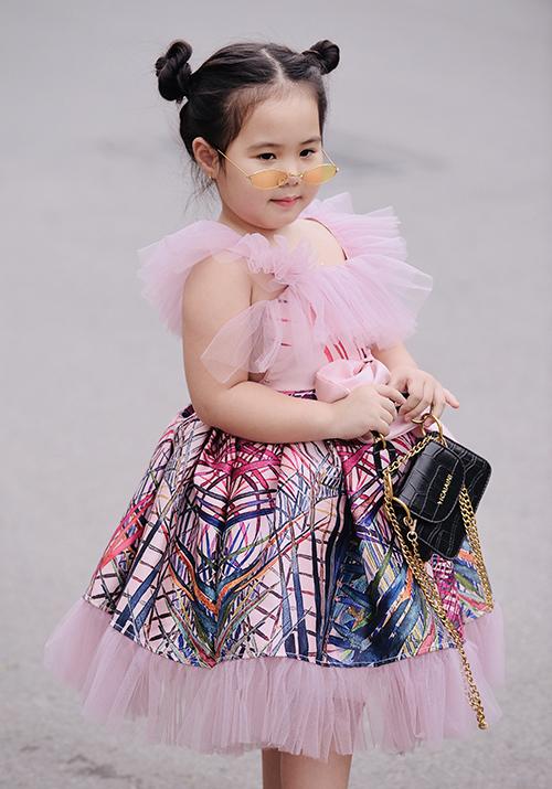 Ở đời thường, cô nhóc có phong cách nhí nhảnh, đáng yêu.