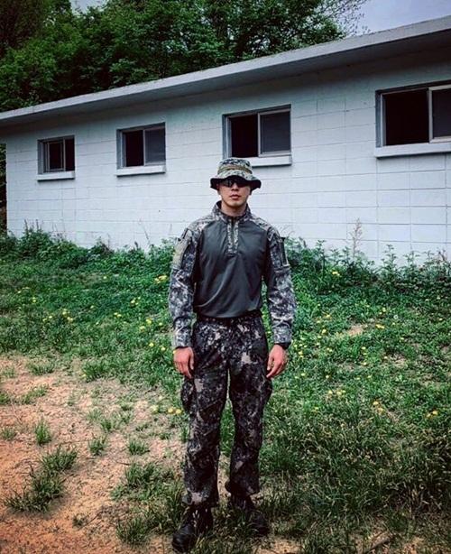 Jung Yong Hwa chia sẻ hình mặc đồ rằn ri rắn rỏi. Anh chàng xuất ngũ hôm 3/11.