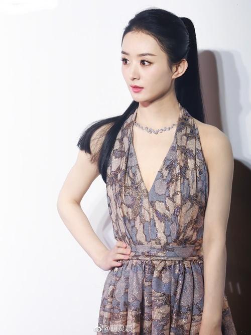 Triệu Lệ Dĩnh góp mặt trong sự kiện của Dior ở Thượng Hải với tư cách đại sứ thương hiệu tại Trung Quốc. Nữ diễn viên diện mẫu đầm xẻ ngực sâu, khoe lưng trần gợi cảm - thiết kế mới mùa xuân của Dior.