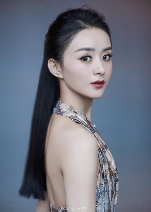 Triệu Lệ Dĩnh vừa tái xuất làng giải trí hồi tháng 8 sau khi lấy chồng sinh con. Cô đang bận rộn với dự án cổ trang Hữu Phỉ, đóng cặp cùng Vương Nhất Bác.