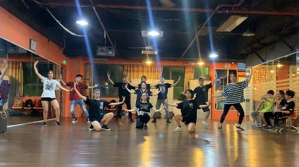 Nhóm nhảy BNT, Đại học Dược Hà Nội tập luyện chuẩn bị cho vòng biểu diễn.
