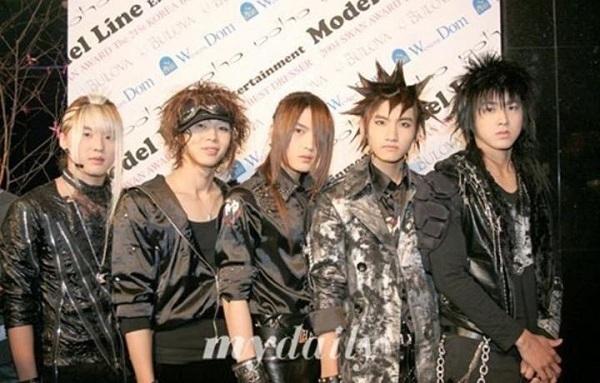 5 chàng trai nhà SM - TVXQ! nổi tiếng với ngoài hình nam tính, điển trai cũng từng sở hữu những mái tóc khó đỡ như nhím biển và hiệp sĩ cổ xưa.
