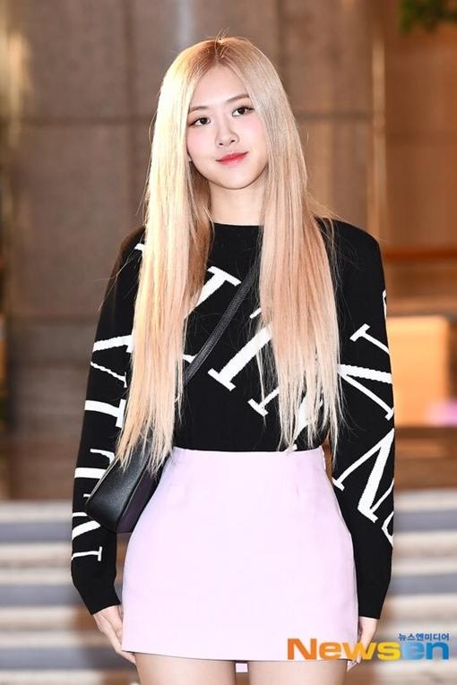 Sáng 7/11, Rosé (Black Pink) có mặt tại sân bay Incheon trên đường bay sang Bắc Kinh (Trung Quốc). Nữ idol sinh năm 1997 sẽ tham dự một sự kiện thời trang của hãng Valentino.