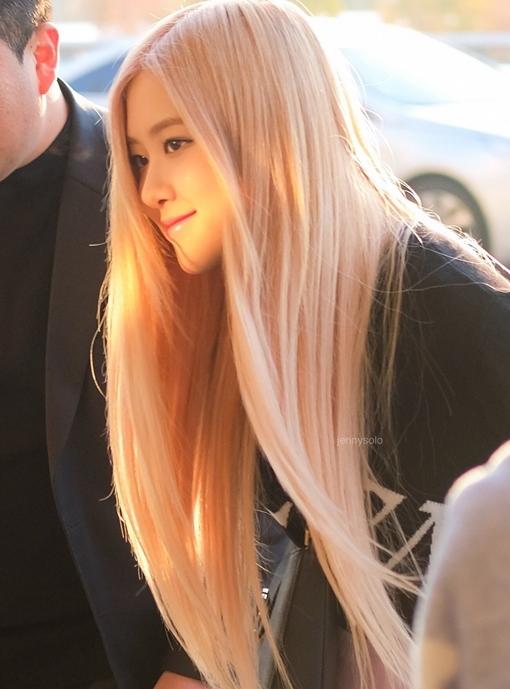Ánh nắng ban mai khiến màu tóc Rosé thêm phần ảo diệu.