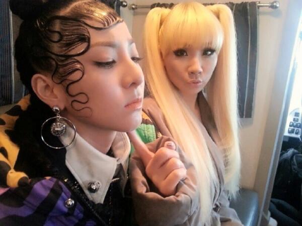Sở hữu khuôn mặt xinh đẹp, trẻ trung nhưng trong suốt 7 năm hoạt động cùng 2NE1, Sandara Park luôn được các stylist tạo cho những kiểu tóc không dựng ngược thì bết dính vào da mặt.