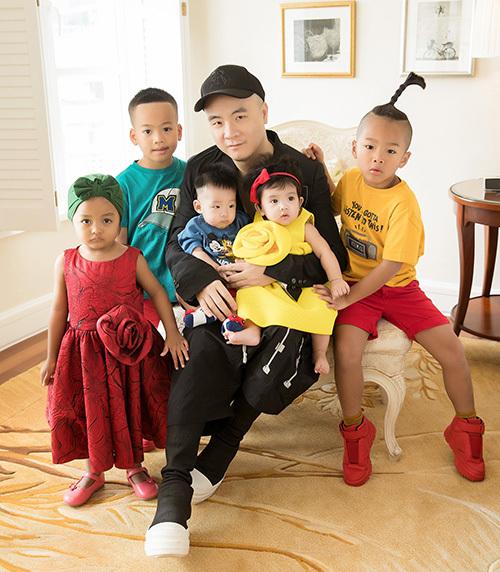 Giã từ cuộc sống độc thân, Đỗ Mạnh Cường trở thành ông bố của 5 đứa con nuôi với đầy sự bận rộn, nhưng luôn chan chứa niềm vui, hạnh phúc. Mới đây, NTK đã dành thời gian để tổ chức buổi tiệc sinh nhật ấm cúng dành cho Tít, đứa con nuôi thứ năm mà anh nhận hồi tháng 7 năm nay.