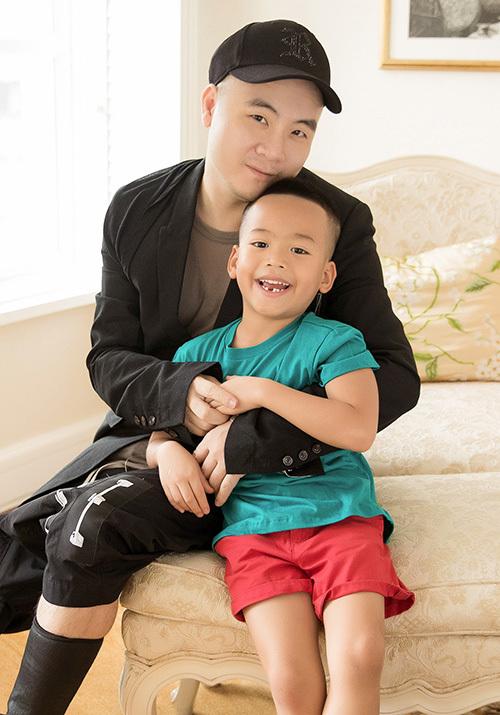 Chỉ sau vài tháng về sống với NTK Đỗ Mạnh Cường, cậu bé đã trắng trẻo, bụ bẫm hơn rất nhiều.