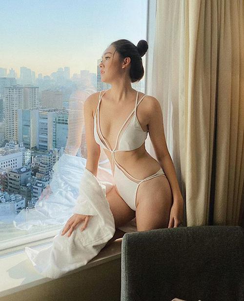 Tường San khoe ảnh diện đồ tắm cắt xẻ táo bạo giữa lúc thi Miss International 2019. Cô nàng được khen sexy dù hình thể chưa thật chuẩn mực.