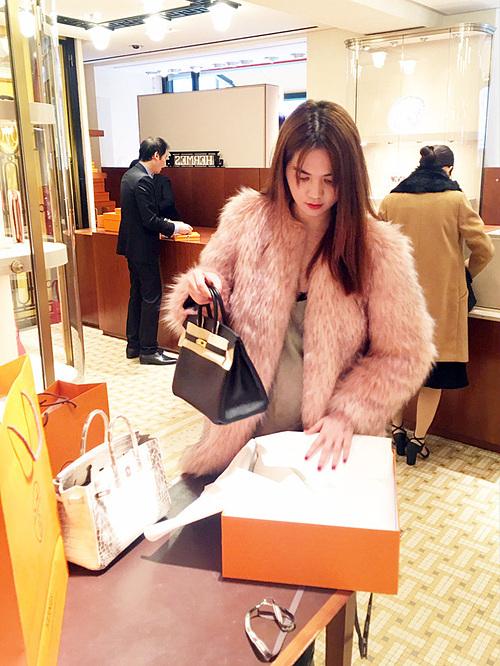 Yêu nữ hàng hiệu cho biết mỗi tháng cô chi khoảng 2 tỷ đồng để phục vụ sở thích mua sắm. Những món đồ mới nhất của các thương hiệu được Ngọc Trinh không tiếc tiền rước về dù có thể không cần đến. Chân dài cũng từng chia sẻ, cô sắm đồ hiệu nhưng không hề gìn giữ cẩn thận.