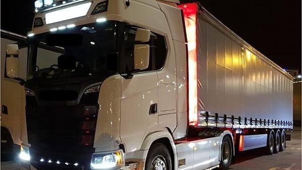 Đầu kéo xe tải và container được thu giữ phục vụ điều tra. Ảnh: An Garda Siochana/ BBC.