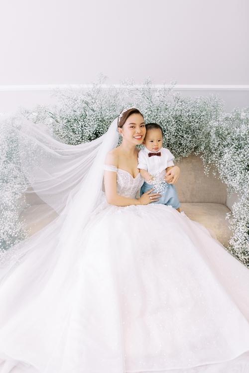 Khi xuất hiện chung với bố mẹ trong bộ ảnh kỷ niệm, bé tỏ ra rất hợp tác khi tạo nên những khoảnh khắc vui vẻ, đáng yêu.