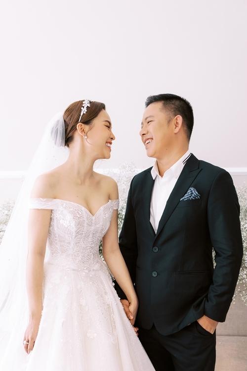Giang Hồng Ngọc và chồng chọn thời điểm sinh con xong, bé trở nên cứng cáp mới tổ chức đám cưới. Nữ ca sĩ cảm thấy đang có đủ sự viên mãn khi có chồng yêu thương và con ngoan.