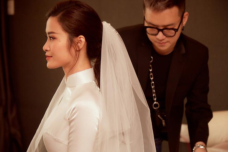 Chung Thanh Phong chăm chút cho Đông Nhi trong lễ rước dâu sáng nay.