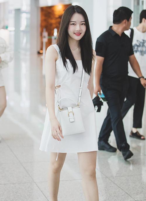 Yerin (Gfriend) khoe làn da trắng sáng nổi bật trong mẫu váy giá rẻ 37,000 won (khoảng hơn 740 nghìn đồng).