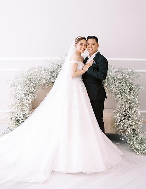 Sau lễ rước dâu diễn ra vào ngày, Giang Hồng Ngọc và chồng đang tất bật chuẩn bị cho hôn lễ diễn ra vào những ngày tới. Cô chia sẻ bộ ảnh cưới ngọt ngào, ấm áp được thực hiện từ trước đó. Đặc biệt, bộ ảnh có sự xuất hiện của con trai Cà Rốt đáng yêu.