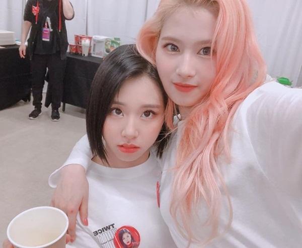 Sana ôm Chae Young tình cảm trong hậu trường concert.