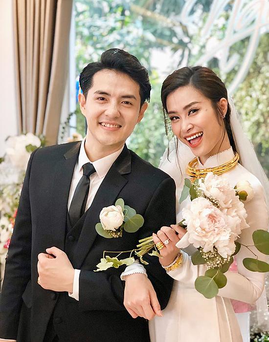 Trang phục trong lễ rước dâu của Đông Nhi - Ông Cao Thắng.
