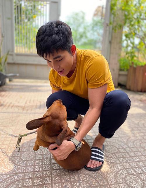 Jun Phạm vui đùa cùng cún cưng.