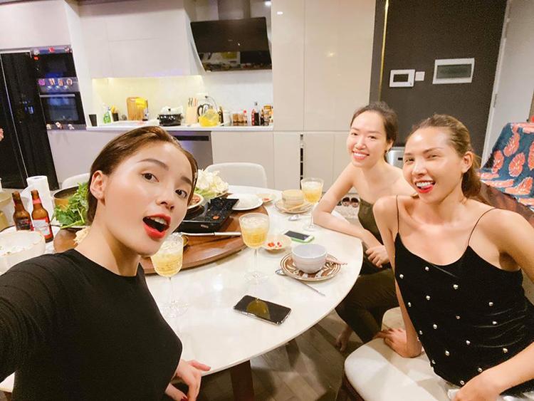 Kỳ Duyên hạnh phúc vì được đón sinh nhật sớm cùng Minh Triệu và NTK Kim Khanh.