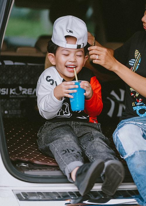 Cậu nhóc cũng sớm bộc lộ thiên hướng nghệ thuật nên được Khánh Thi - Phan Hiển định hướng cho tập luyện dance sport nghiêm túc giống bố mẹ.