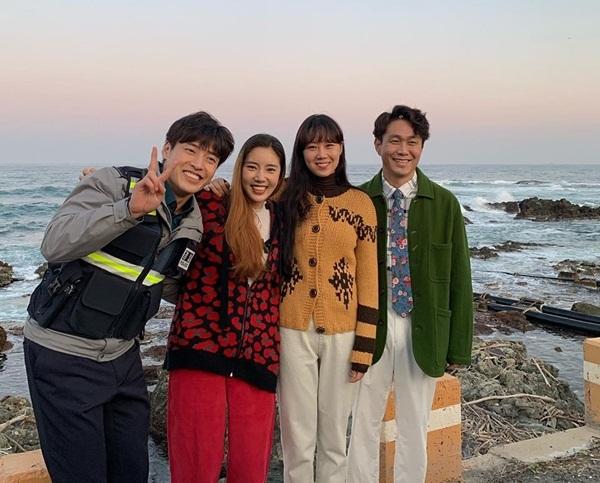 Các diễn viên của Khi hoa trà nở gồm Kang Ha Neul, Son Dam Bi, Gong Hyo Jin và Oh Jung Se (trái qua) vui vẻ chụp hình lưu niệm trước biển.