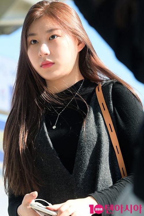 2 visual nhà JYP Yuna - Tzuyu đọ nhan sắc đỉnh cao ở sân bay - 3