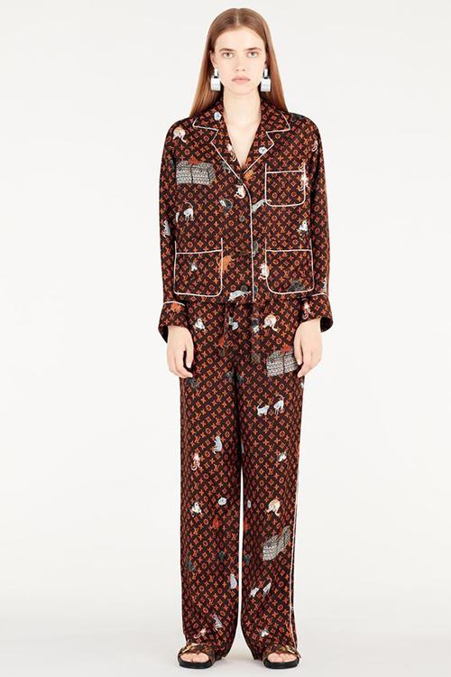 Thiết kế có tên Catogram Motif Printed Pajama, được bán với giá 3.600 USD (83, 5 triệu đồng). Dù có mức giá đắt đỏ, bộ đồ ngủ này vẫn được các tín đồ hàng hiệu ưa chuộng.