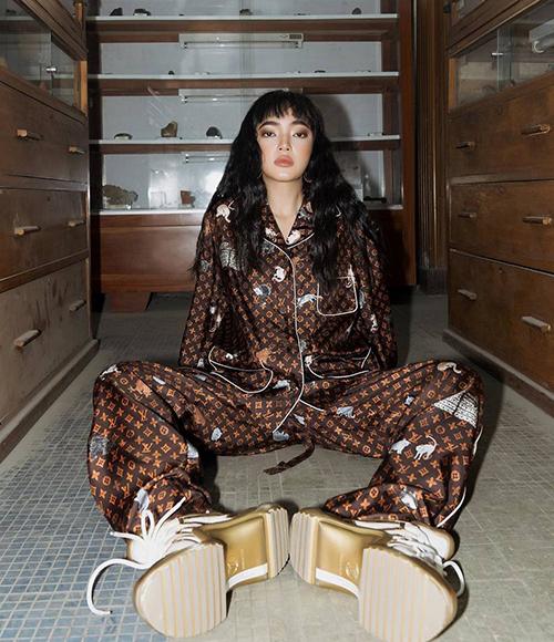 Diện đồ ngủ, Châu Bùi vẫn chất lừ với cách phối ấn tượng với sneakers cùng thương hiệu. Trang phục oversized phù hợp với cá tính mạnh mẽ của nàng fashionista.