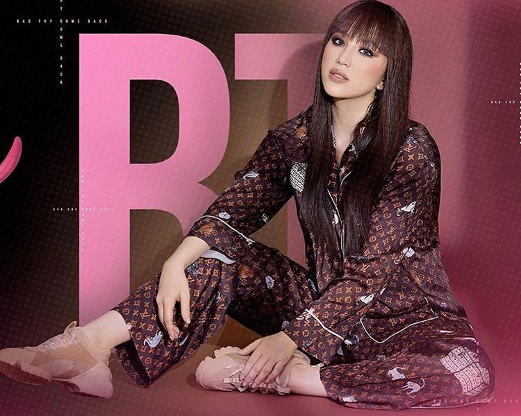 Trong MV mới ra mắt Baby em cô đơn, Bảo Thy mang đến hình ảnh sắc lạnh khác lạ với những bộ cánh hàng hiệu đắt đỏ. Trên poster, cô trang điểm đậm, diện bộ pyjama họa tiết monogram kinh điển của thương hiệu Louis Vuitton.