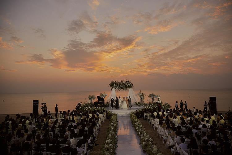 Không gian đám cưới bên bờ biển đầy lãng mạn.