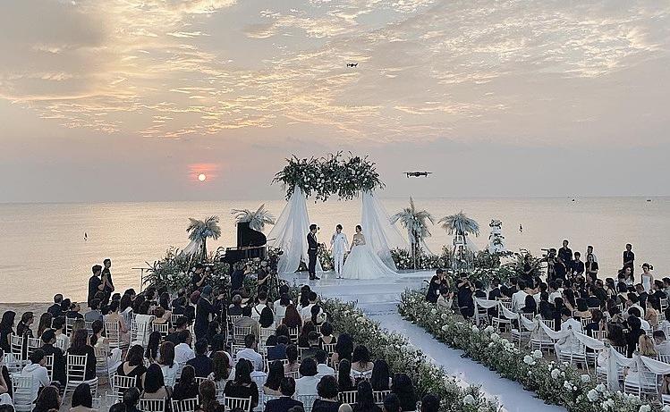 Hôn lễ chính thức bắt đầu.