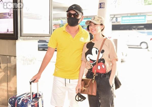 Vợ chồng Thu Trang - Tiến Luật ăn mặc đơn giản, ra sân bay tới Phú Quốc dự đám cưới đàn em.