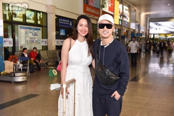 Vợ chồng Ưng Hoàng Phúc - Kim Cương có mặt ở sân bay đi mừng đồng nghiệp. Trước đó, vợ chồng Đông Nhi - Ông Cao Thắng đã đài thọ chi phí ăn ở, đi lại cho các khách mời đến dự lễ cưới tại Phú Quốc.