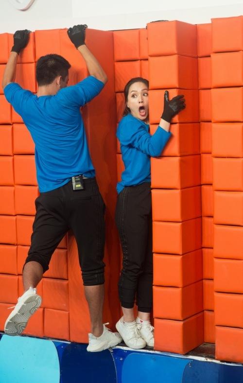 Người chơi phải đu bám trên tường thành nếu không muốn bị rơi xuống hố sâu 3m.