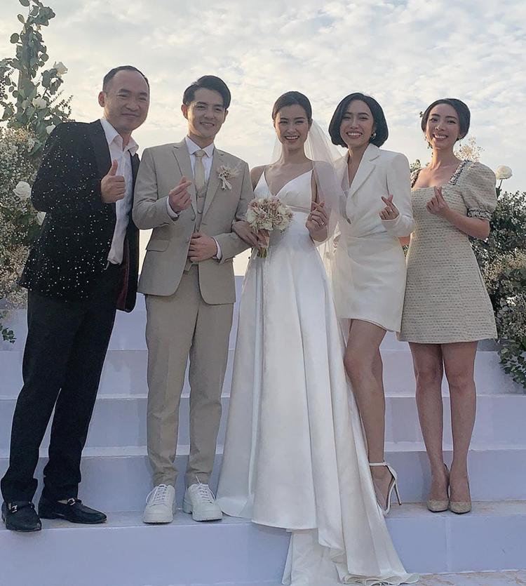 Váy có phần tà không quá dài, giúp Đông Nhi không bị vướng víu khi chụp ảnh cùng các khách mời. Cô kết hợp cùng khăn voan mỏng giúp váy cưới nửa kín nửa hở.