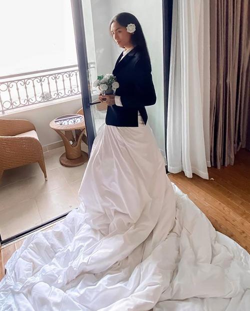 Băn khoăn không biết nên mặc váy hay vest để chúc phúc cho Đông Nhi - Cao Thắng, BB Trần quyết định... quấn chăn thành váy, khoác áo vest phía ngoài.