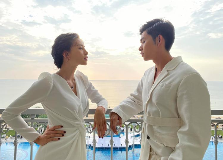 Ngô Thanh Vân và đàn em Jun Phạm tranh thủ chụp cùng cảnh hoàng hôn trước khi tham dự lễ cưới.
