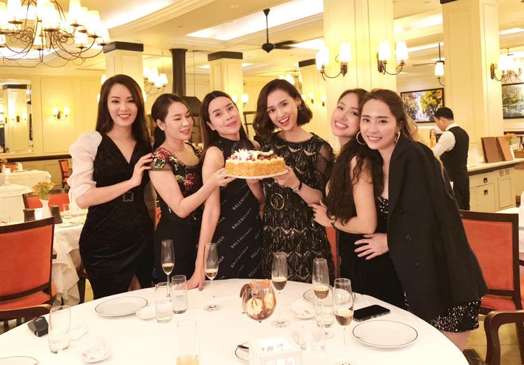 Hội mỹ nhân Hà thành gồm Thụy Vân, Lưu Hương Giang, Vân Hugo, Quỳnh Nga tụ tập chúc mừng sinh nhật Lã Thanh Huyền.