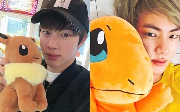Hình ảnh hài hước về sở thích ôm gấu bông mọi lúc mọi nơi của Jin (BTS) - 1