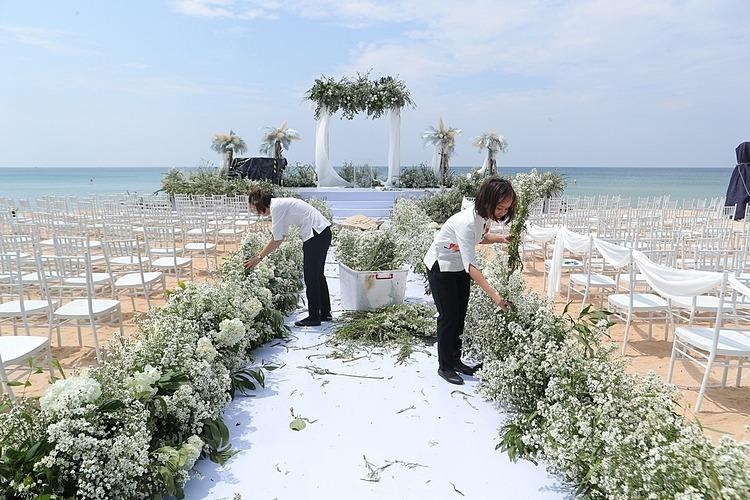 Nhân viên tranh thủ dọn dẹp trước giờ diễn ra hôn lễ.