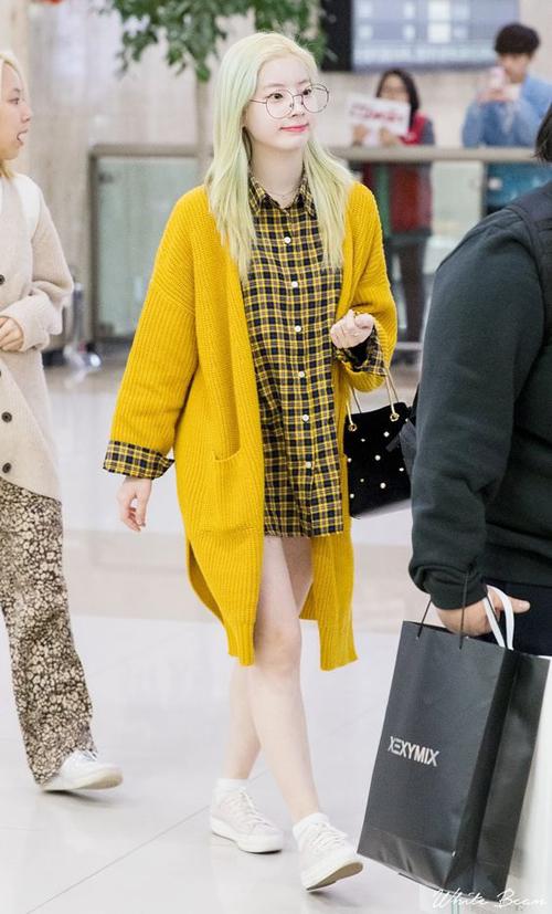 Với làn da trắng Dahyun chuộng những màu sắc tươi sáng nổi bật, set đồ gồm váy sơmi và khoác cardigan vàng hợp tông được trung hòa bởi sneaker trắng.
