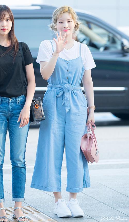 Quần yếm là item tủ của Dahyun, kết hợp đơn giản cũng giúp cô nàng hack tuổi hiệu quả.