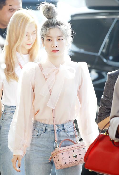 Cô nàng yêu thích phong cách ngọt ngào nên dù mix với quần jeans cũng chọn áo thắt nơ bánh bèo cùng túi xách hồng đáng yêu.