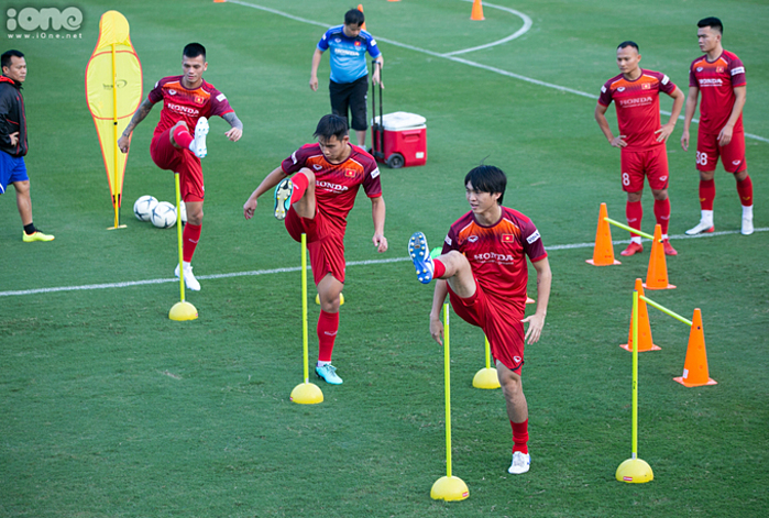 ĐTVN tập luyện tại sân bóng Liên đoàn Bóng đá Việt Nam (VFF) hôm 4/11.