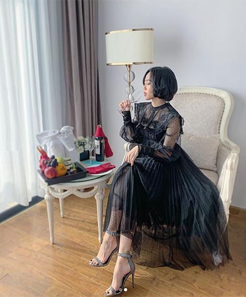 Khi buổi tiệc chuyển sang phần nhảy nhót, cô thay bộ váy điệu đà hơn, dài đến mắt cá chân, chất liệu ren nữ tính. Đây là sản phẩm của NTK Chung Thanh Phong.