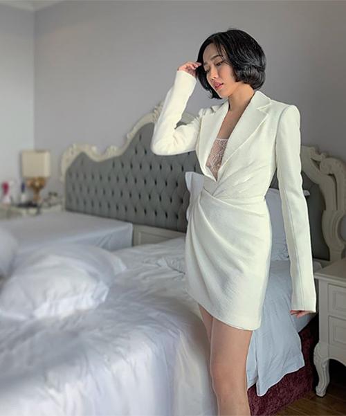 Diệu Nhi đầu tư chỉn chu cho trang phục đi dự cưới. Ở phần chụp hình kỷ niệm cùng cô dâu chú rể, nữ diễn viên diện đầm cocktail trắng của NTK Lê Thanh Hòa, kiểu dáng tay dài thanh lịch.